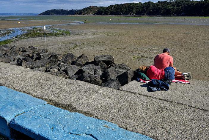Mathieu Guillochon, photographe, rivages, couleurs, Binic, côtes d'armor, Bretagne, marée basse, piscine d'eau de mer, femme qui dort, rose, rouge.