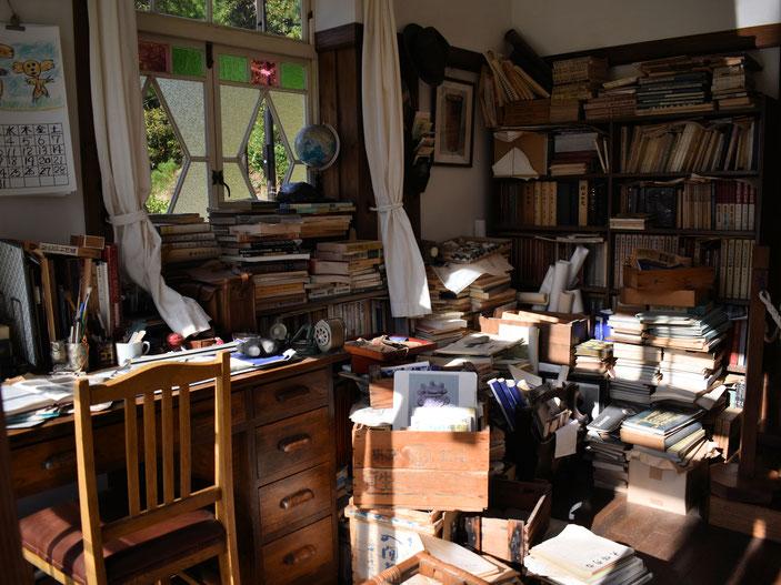 考古学者、草壁さん(サツキとメイのお父さん)の部屋。きたな~