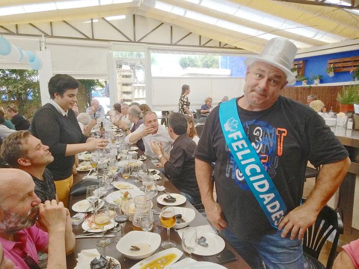 Ricardo Bertomeu, siempre de buen humor, haciendo un posado para El Marino Dénia en la fiesta de su cumpleaños