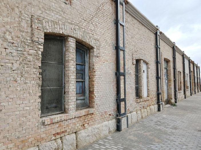 La restauración de la vieja lonja de Dénia está dejando al descubierto los materiales originales en la fachada.
