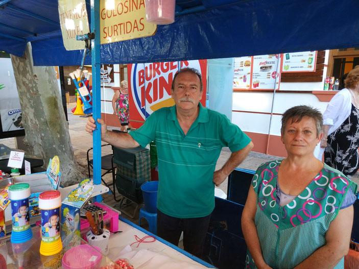 """Vicente Estruch y su mujer, Socorro Balcones. Toda una vida endulzando las fiestas de Dénia en """"la Paradeta blava"""""""