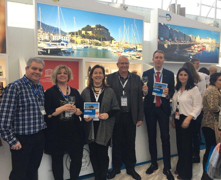 La delegación de Dénia en Fitur, con la presidenta de AEHTMA, Cristina Sellés, y el alcalde, Vicent Grimalt, en el centro