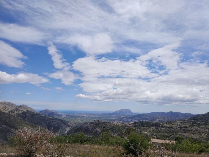 Panorámica desde Benimaurell (la Vall de Laguar), con el mar al fondo entre el Parque Natural del Montgó, a la derecha, y Segària, a la izquierda. Se distiguía Dénia, así como los núcleos urbanos de la Rectoria, Ondara, el Verger y la Xara