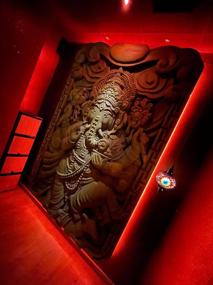 Relieve tallado del Dios Elefante Ganesh, para crear ambiente en un salón de belleza, Madrid