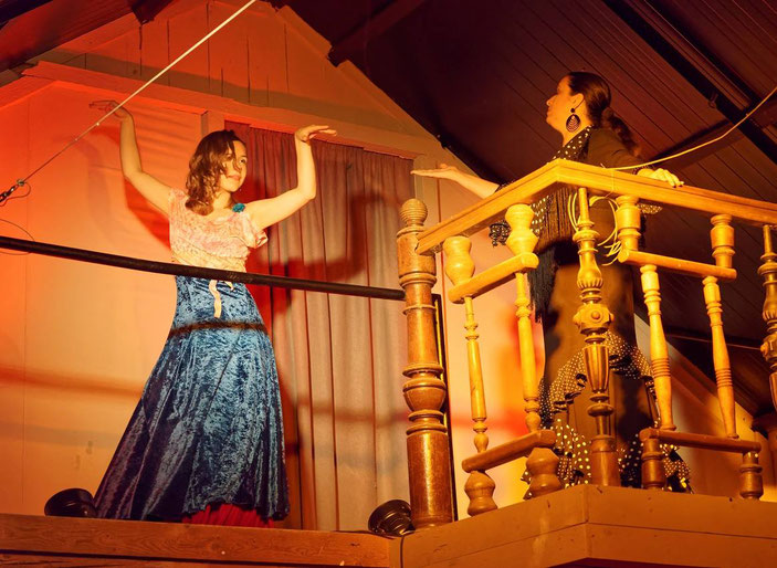 Tänzerin Kim Guiliani und Sängerin Isabel Alvarez / Fotograf: Conrad Rössel