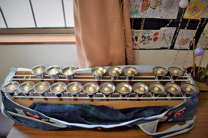 お椀の中からピンポンの球が飛びだしてきた?わけではありません。〈メロディーベル〉という楽器だそうです。詳しくは本文で。