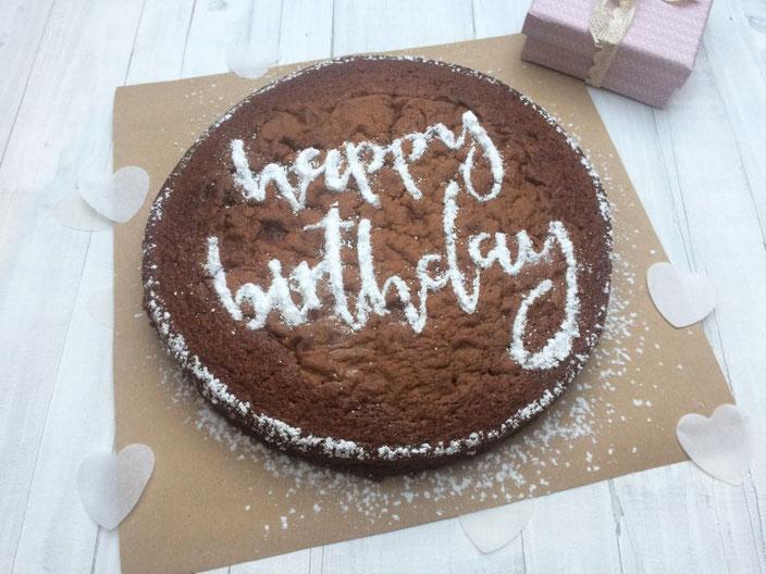 DIY personalisierter Kuchen zum Geburtstag mit Handlettering Happy Birthday