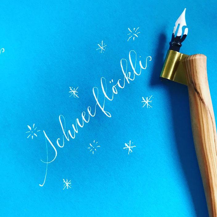 Kalligraphie: Schneeflöckli (Lettering für die Letter Lovers von ally_scribbles)