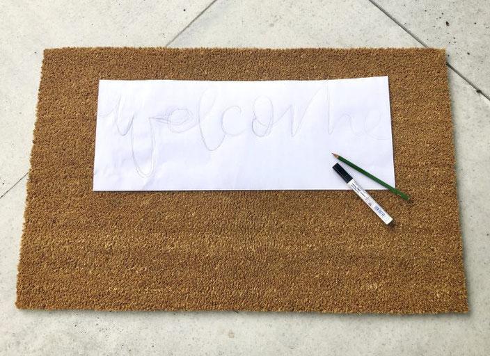 Anleitung um eine Fussmatte zu belettern mit dem Schriftzug welcome - Schriftzug vorzeichnen auf Papier