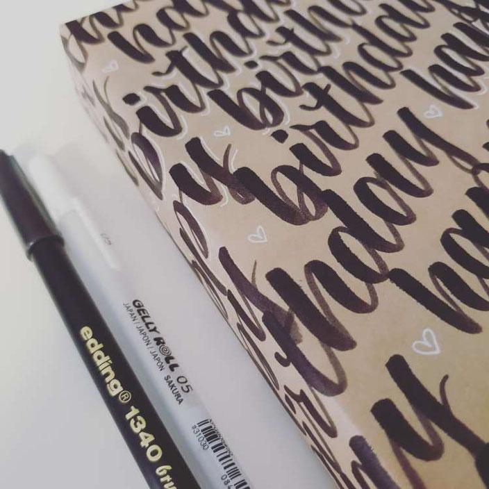 Geschenk kreativ einpacken mit belettertem Packpapier (Lettering von letterling für die Letter Lovers)