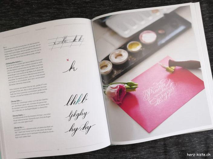 Blick ins Buch: Moderne Kalligrafie von A bis Z - Beispielseite mit Buchstaben und einem Kalligrafie Beispiel