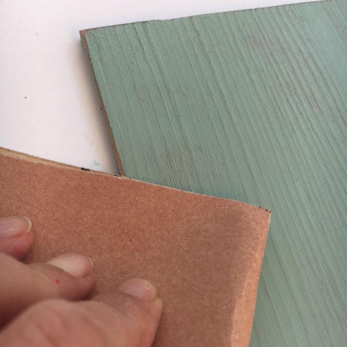 Schild aus Vinylbodenplatten selber machen: Anleitung - Vintageeffekt: Kanten anschleifen