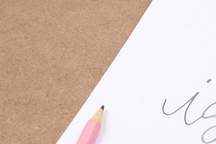 Lettering Vorlage auf ein Klemmbrett übertragen um darauf zu lettern