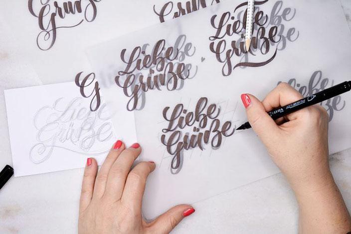 Liebe Grüsse - Lettering Skizze auf Transparentpapier übertragen um daraus einen Stempel zu schnitzen
