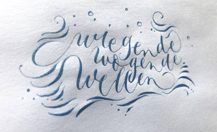 Kalligraphie Anleitung für ein Wellenbild mit einem Bounce Lettering Effekt
