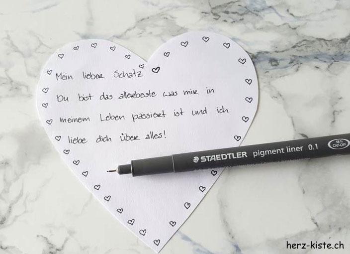 DIY Liebesbrief auf einem Herz schreiben, das anschliessend zu einem Briefumschlag gefaltet wird. (mit Anleitung)