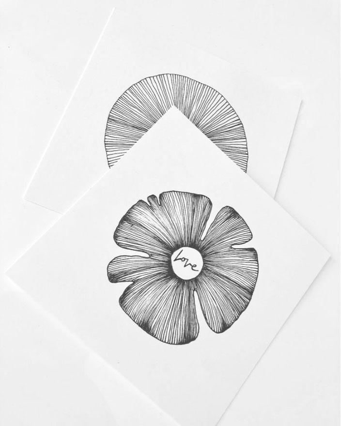 Love - schwarz-weisses Lettering mit einer Blume von letter_fee für die Letter Lovers