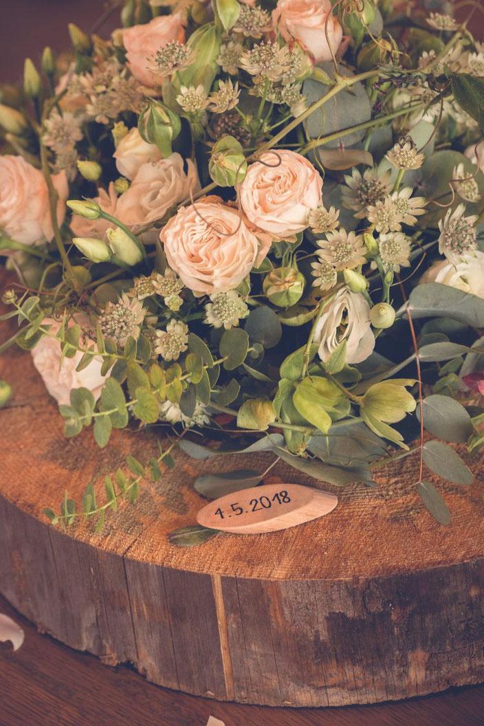 Hochzeitsdekoration Blumenstrauss mit dem Datum auf einem Holzplättchen (Foto von TW-Fotoart)