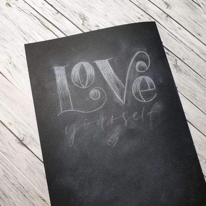 Love yourself - gestalte ein Kreidelettering auf Papier dank dieser Lettering Anleitung