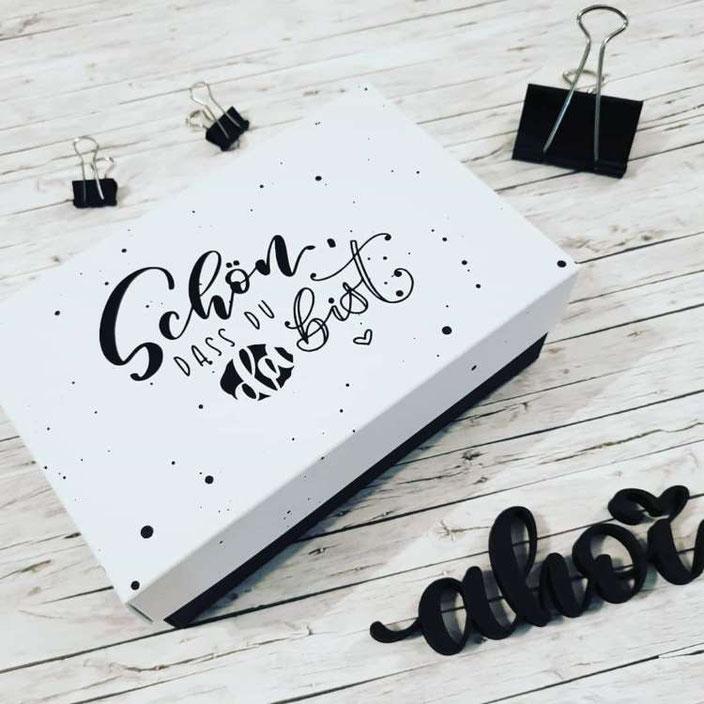 Handlettering auf einer Box - Schön dass du da bist (Lettering von letterling bei den Letter Lovers)