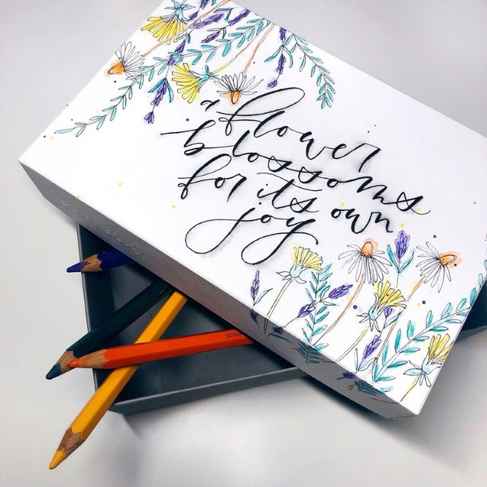 Handlettering mit Blumen: a flower blossoms for its own joy
