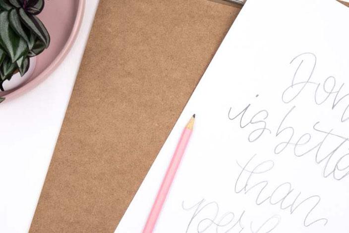 Lettering Vorlage auf ein Klemmbrett übertragen
