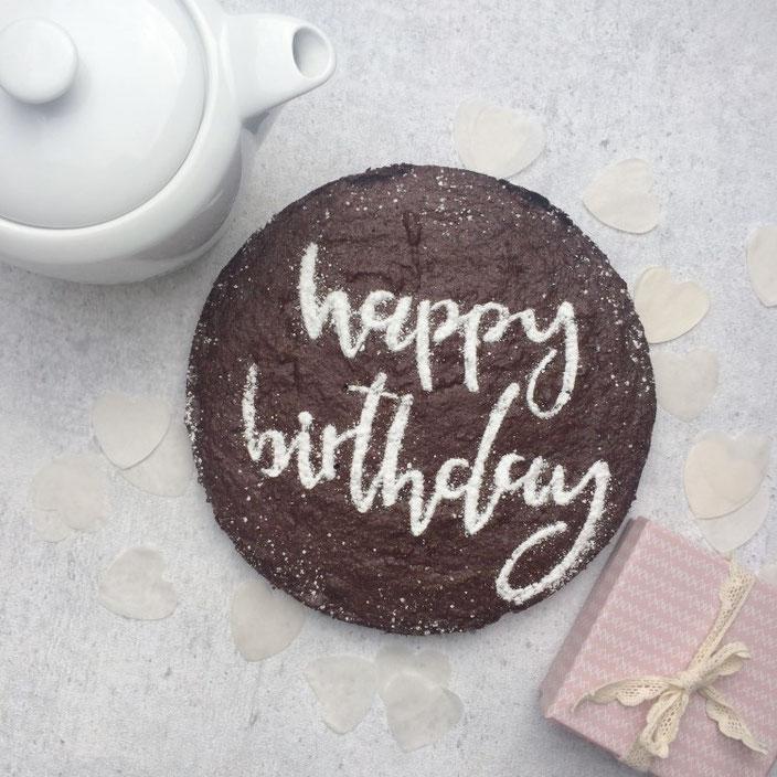 DIY Anleitung für einen personalisierten Kuchen mit Handlettering - geht zum Geburtstag genau so wie auch zu sonstigen Anlässen