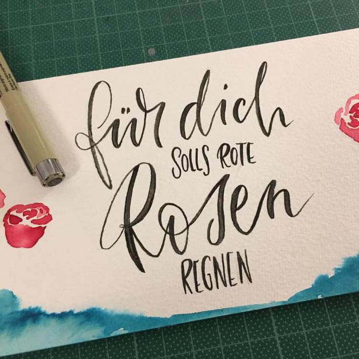 Handlettering DIY Idee für eine Flaschenbanderole Wein: Für dich solls rote Rosen regnen mit Brushpen schreiben
