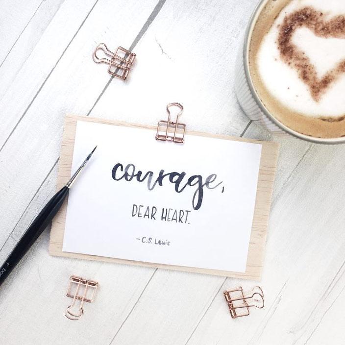 Handlettering: courage, dear heart. C.S. Lewis (Lettering von letterlaune für die Letter Lovers)