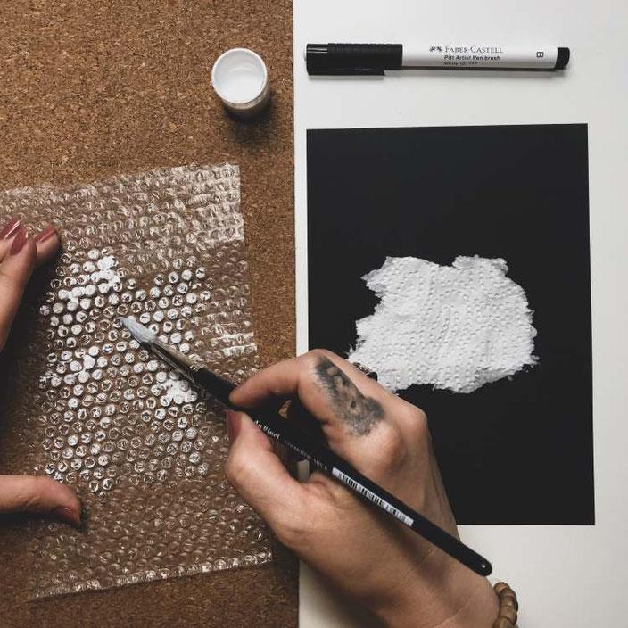 Noppenfolie als Hintergrund für ein Handlettering brauchen: Mit Farbe auf die Folie malen