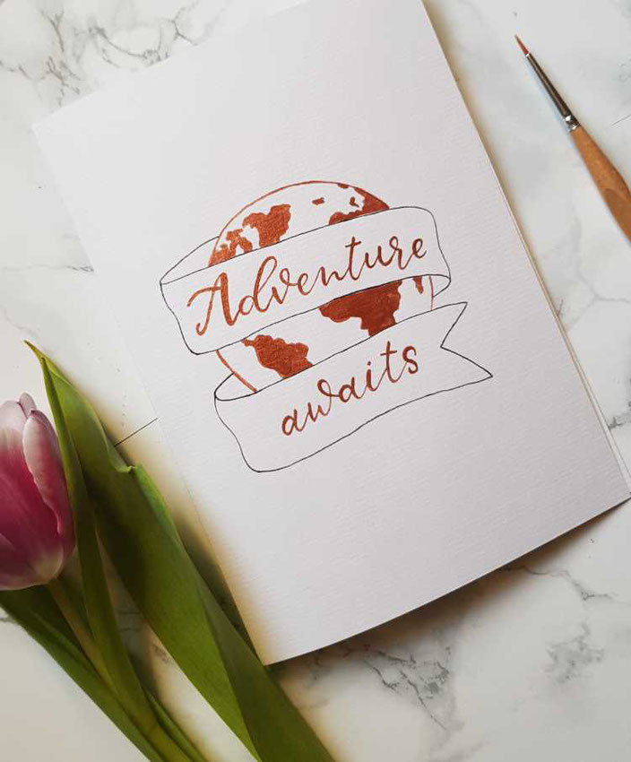 Handlettering mit Weltkugel: Adventure awaits