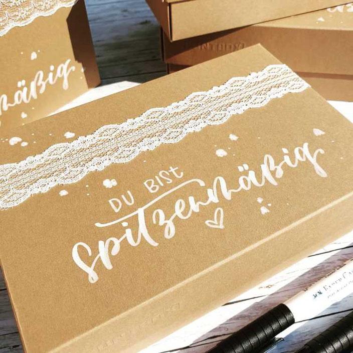 weisses Handlettering auf einer Box - du bist spitzenmässig (Lettering von letterling für die Letter Lovers)