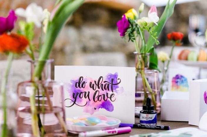 do what you love - Handlettering mit Aquarellhintergrund (von papier.liebe für die Letter Lovers)