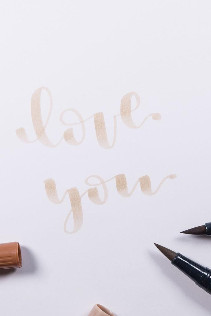 Anleitung Brushlettering verblenden - Schritt 1: Wort in heller Farbe schreiben