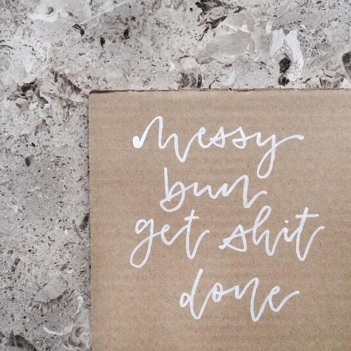 Handlettering: messy bun get shit done. Lettering von lisa_pisa_lettering bei den Letter Lovers