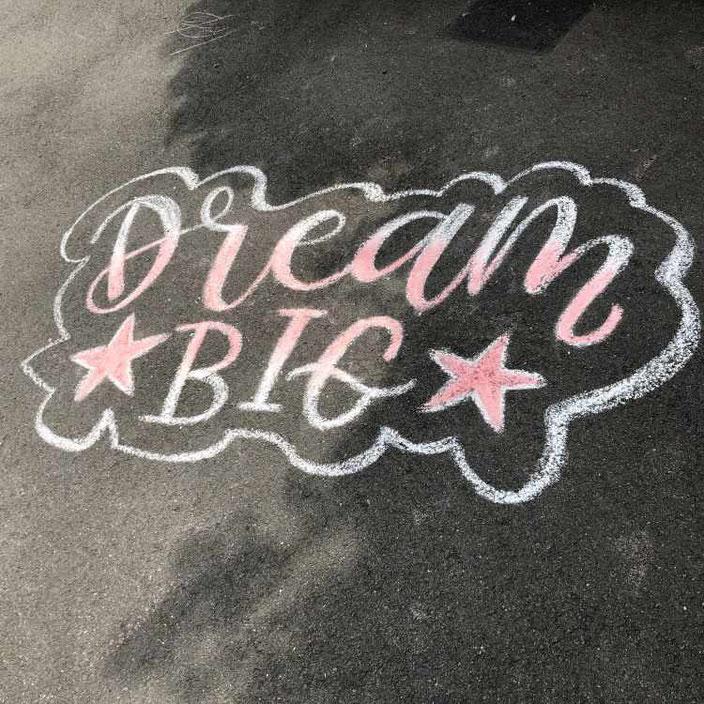 Strassenkreide Lettering mit Farbverlauf: Dream big