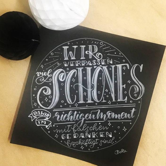 Handlettering Spruch: Wir verpassen viel schönes... (Lettering von bellalettern bei den Letter Lovers)