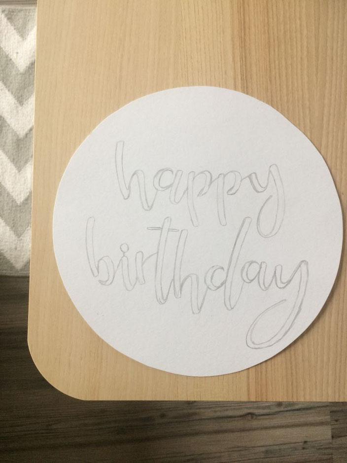 Anleitung: Handlettering für einen personalisierten Geburtstagskuchen - das happy birthday vorschreiben