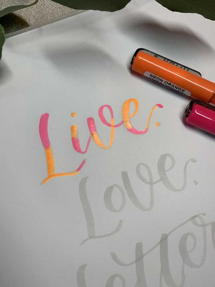 Lettering mit neon Farben verblenden - Schritt 1: Farben auftragen
