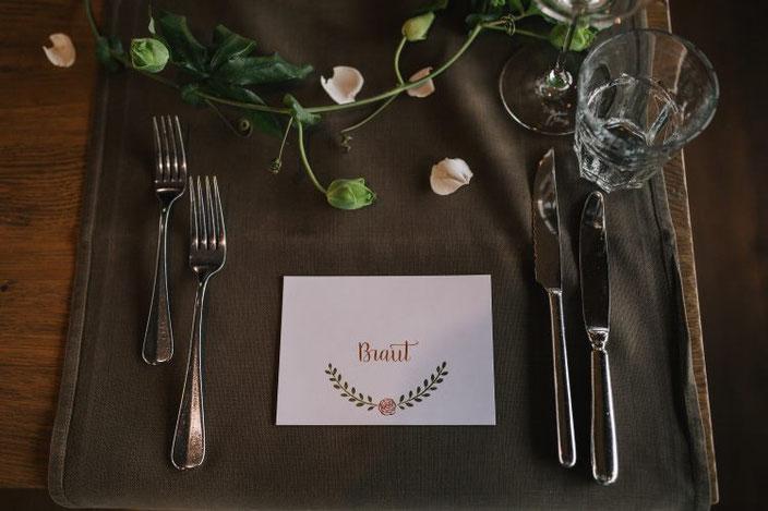 Kalligraphie Tischkärtchen für eine Hochzeit: Braut (Foto von Rebecca Krebs Photography)