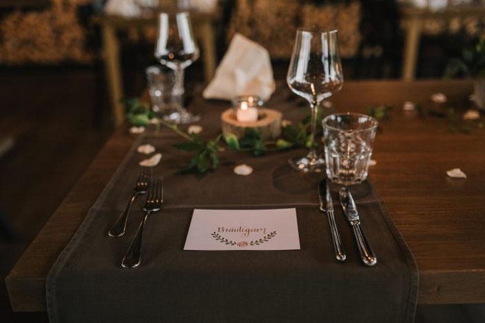 Bräutigam: Lettering eines Tischkärtchens für eine Hochzeit (Foto von Rebecca Krebs Photography)