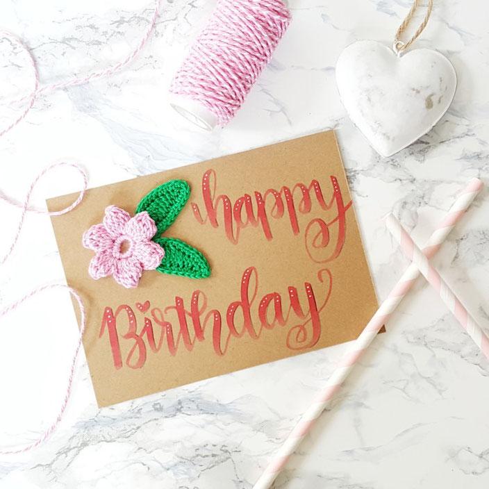 Handlettering mit Häkelblume - Karte Happy Birthday
