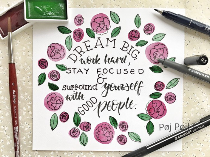 Lettering: Dream big, workd hard, stay focused and surround yourself with good people. Handlettering von poejpoej mit Blumen für die Letter Lovers.