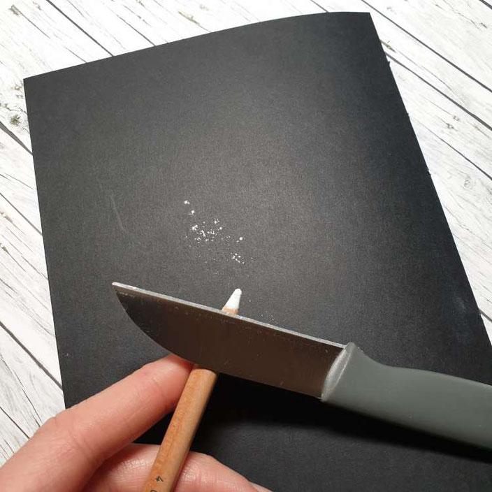 Kreidelettering auf Papier - Schritt 1 - die Vorbereitung (Kreide abschaben)