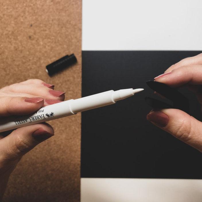 Lettering Trick: So einfach kannst du die Spitze von deinem Brushpen (Pitt Artist Pen) austauschen - einfach Spitze vorsichtig mit der Pinzette herausziehen