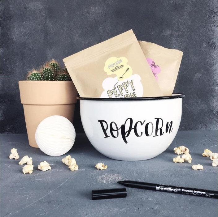Popcorn - Handlettering auf einer Schüssel (herrletter bei den Letter Lovers)