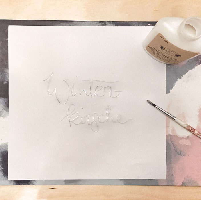 Lettering Anleitung: Folieren ohne Laserdrucker - so funktionierts! Schritt 2: Lettering mit Leim auftragen