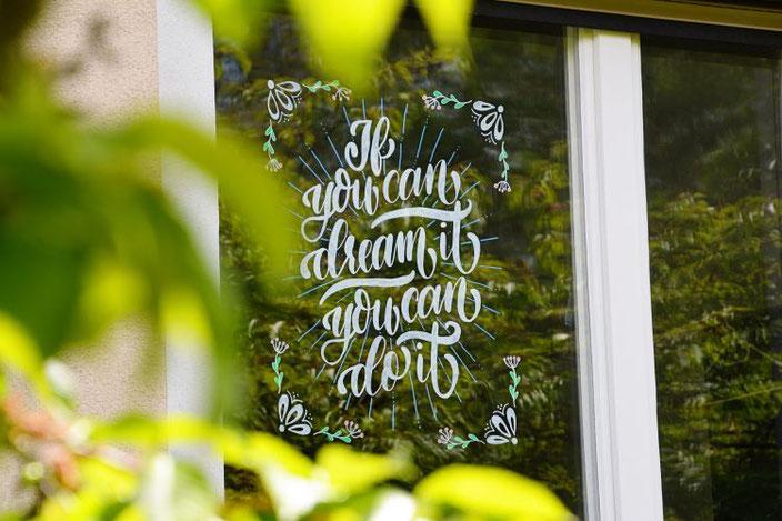 Lettering an der Fensterscheibe: If you can dream it you can do it (Handlettering von papier.liebe für die Letter Lovers)