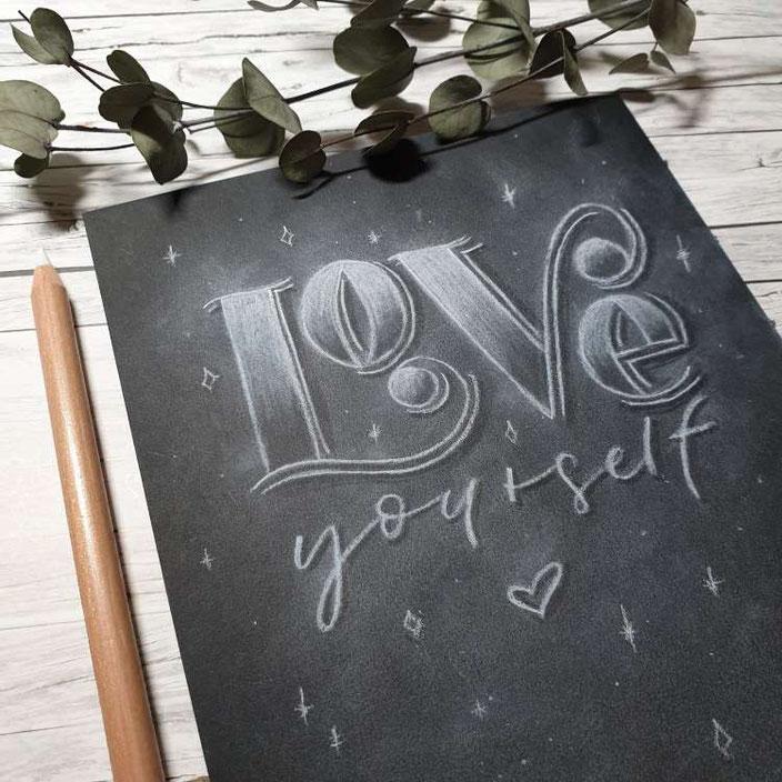 Love yourself - eine einfache Anleitung für ein Kreidelettering auf Papier - so klappt es ganz einfach