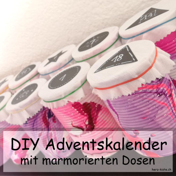 DIY Adventskalender aus marmorierten Dosen - Upcycling Adventskalender mit Blechdosen, welche mit Nagellack marmoriert wurden.